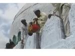 பிறந்த குழந்தையை 50 அடி உயரத்தில் இருந்து தூக்கிப்போடும் வினோதசடங்கு... நம்ம இந்தியாவுலதாங்க...!