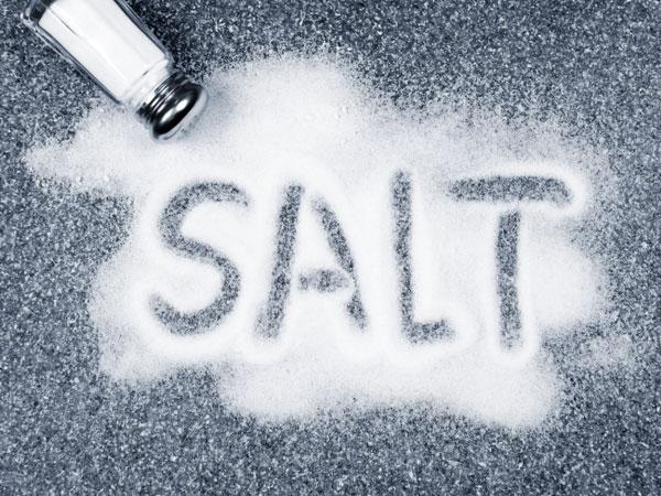 நீங்கள் உங்கள் உணவில் அதிக உப்பு சேர்க்கிறீர்கள் என்பதை உணர்த்தும் சில எச்சரிக்கை அறிகுறிகள்! | Serious Signs That You Are Consuming Too Much Salt