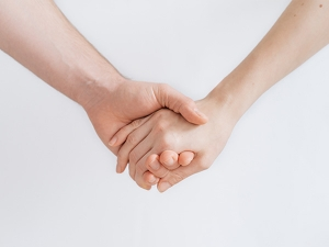 Holding Hands Reduce Pain In Couples Study