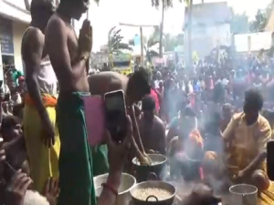 Devotees Remove Vada From Boiling Oil With Bare Hands