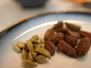 What Is The Difference Between Green And Black Cardamom